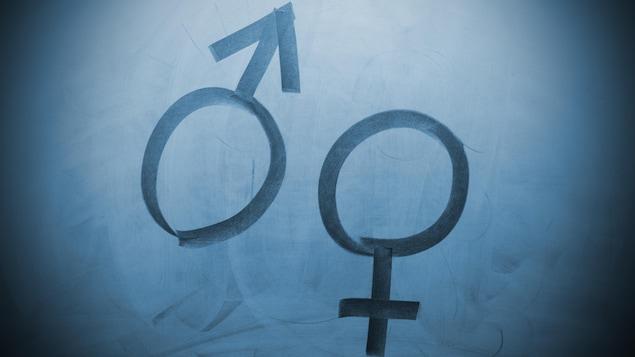 """Le symbole """"homme"""" (Mars) et """"femme"""" (Venus) sont dessinés dans les marques de craie sur un tableau noir."""
