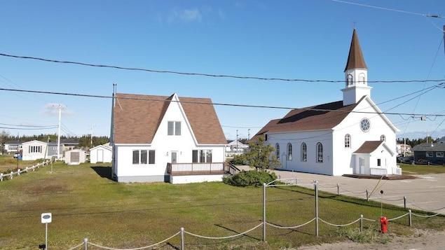Longue-Pointe-de-Mingan compte citer comme patrimonial son église et son presbytère