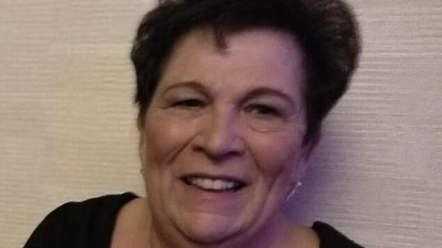 Une photo de profil d'une femme dans la soixantaine.