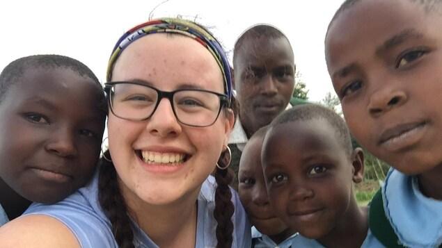 Elora Conrad entourée de jeunes élèves africains.