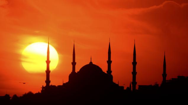 Le couché du soleil avec en contre-jour la silhouette de la mosquée et ses minarets.