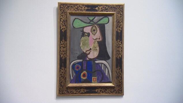 Une oeuvre de l'artiste Pablo Picasso encadrée sur un mur blanc.