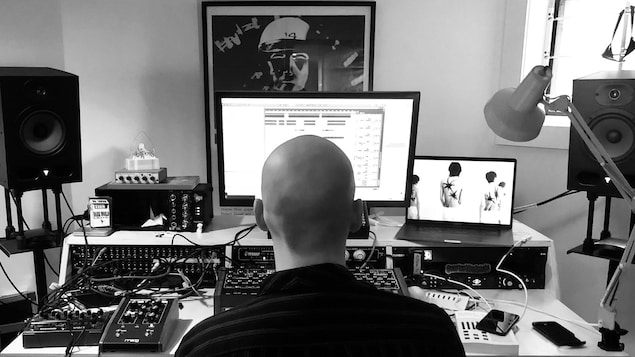 Jacques Greene travaille devant son ordinateur.