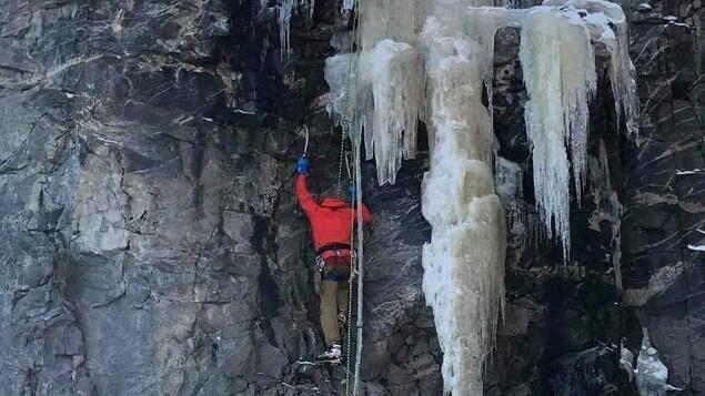 Les grimpeurs Simon Migneault et Jean-Pierre Larivée sur une paroi rocheuse et glacée à la ZEC Matimek de Sept-Îles.