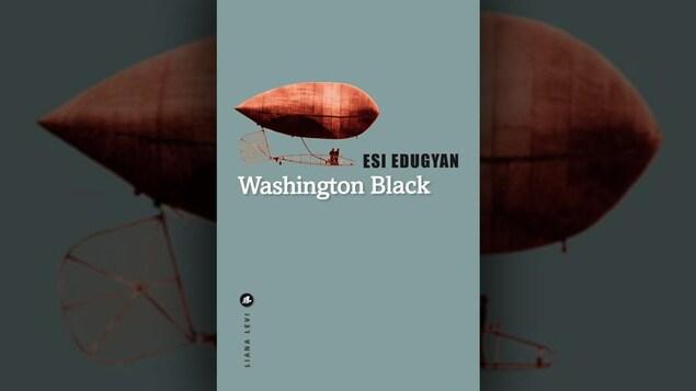 Sur la couverture du livre, outre le titre, le nom de l'autrice et de la maison d'édition, il y a une photo d'un dirigeable avec deux silhouettes de personnes.