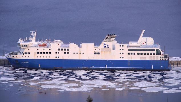 Le F.-A.-Gauthier au quai de Baie-Comeau, des plaques de glace flottent tout près de la coque.