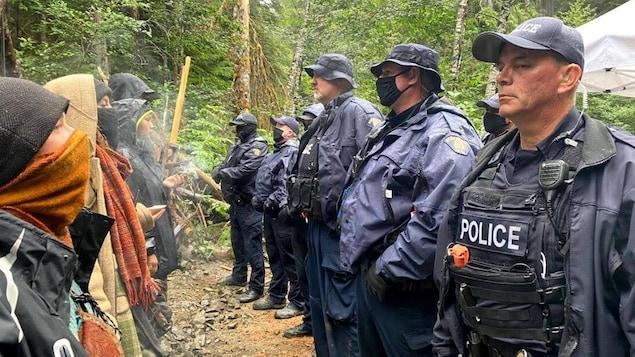 Des officiers de la GRC et des manifestants se font face sur le site de Fairy Creek