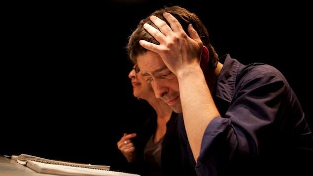 Félix Beaulieu-Duchesneau lors d'une lecture publique de sa pièce Le nombril du monstre au festival du Jamais Lu en 2014