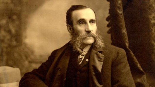 Photo en noir et blanc d'un homme prenant la pose.