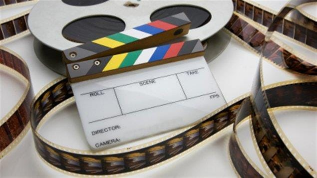 Une bobine de film et une claquette pour tournage de film.