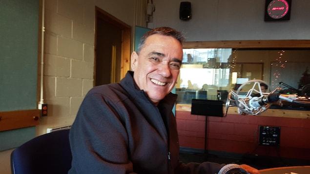 Florent Vollant, auteur-compositeur-interprète, en studio à Radio-Canada Côte-Nord