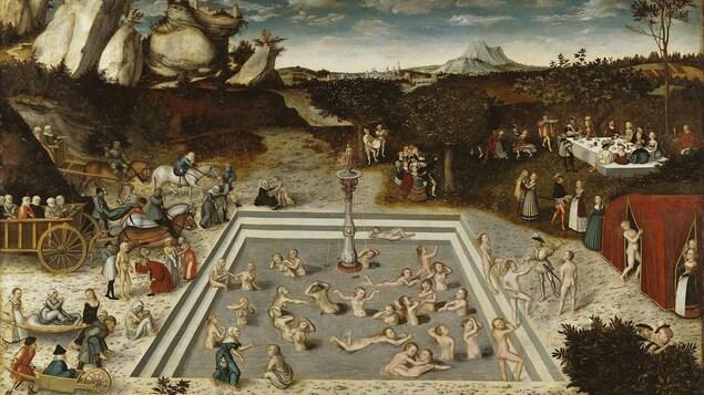Sur un tableau, des gens nus se baignent dans un bassin avec une fontaine au centre.