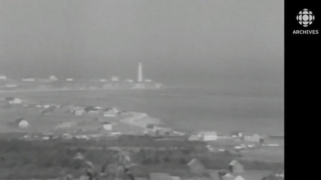 Image en noir et blanc du phare et du village de Cap-des-Rosiers qui font maintenant partie du parc nationale de Forillon.