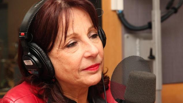 La femme est en entrevue à la radio.
