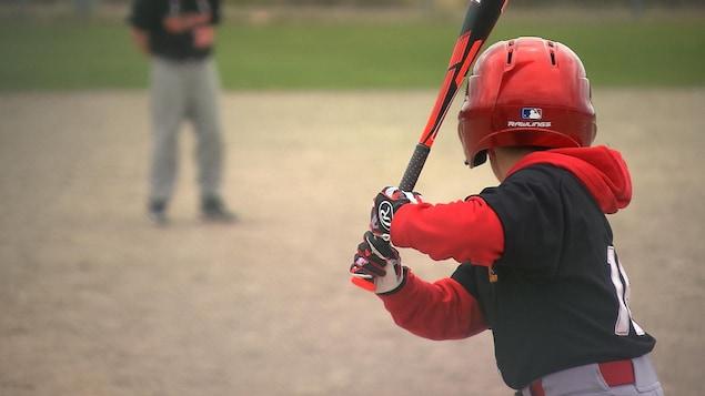 Un joueur de baseball en position pour frapper la balle.