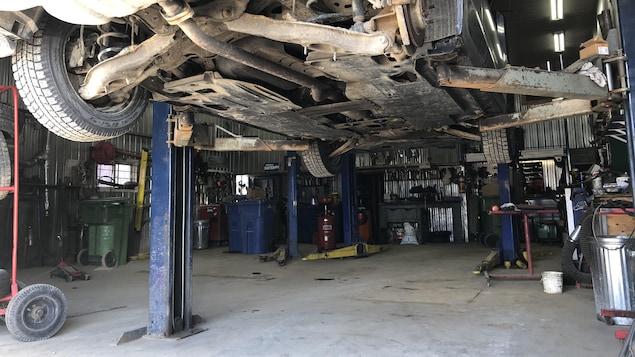 Une voiture prête à l'inspection dans un garage.