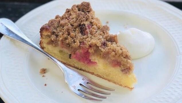 Un gâteau à la rhubarbe est déposé dans une assiette.