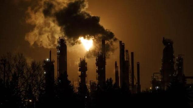 Des émissions provenant de cheminées d'une raffinerie.