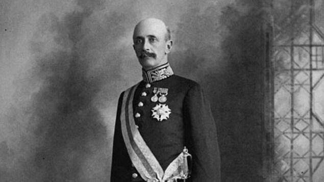 Le général pose en habit militaire