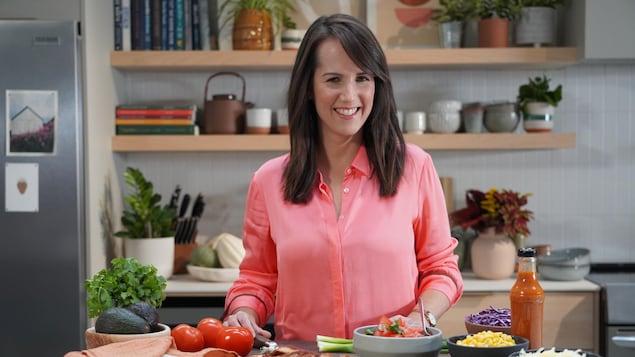 L'animatrice de l'émission « Savourer », la nutritionniste Geneviève O'Gleman, dans sa cuisine, est partenaire de la plateforme Mordu.