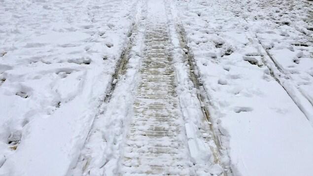 Des traces de motoneige sur de la glace.