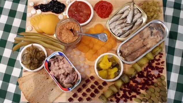 De la nourriture disposé sur une planche de bois