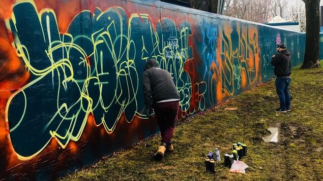 Des jeunes pratiquent le graffiti