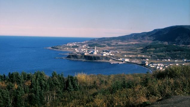 Paysage village de Grande-Vallée au bord de la mer en Gaspésie.