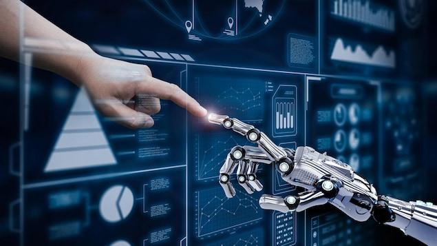 Un doigt humain touche celui d'un robot à travers un écran rempli d'informations numériques.