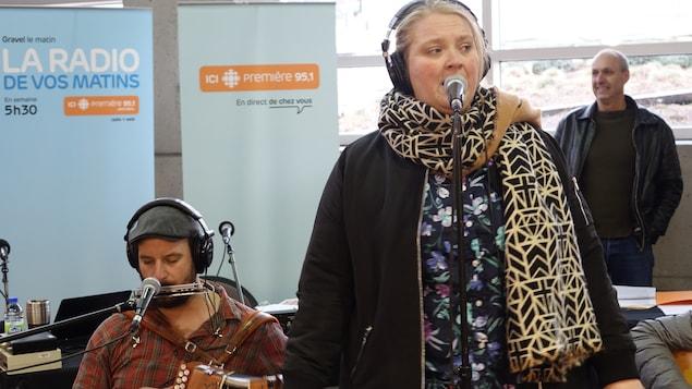 La comédienne Debbie Lynch-White chante La Bolduc.