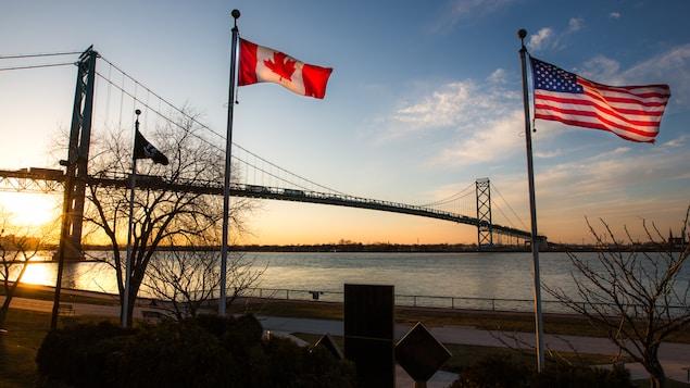 Le pont Ambassadeur relie les villes de Windsor en Ontario et de Détroit au Michigan.