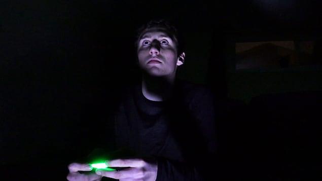 Un jeune adolescent jouant à un jeu vidéo
