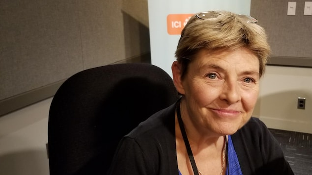 Anne-Marie Brousseau assise dans un studio de radio