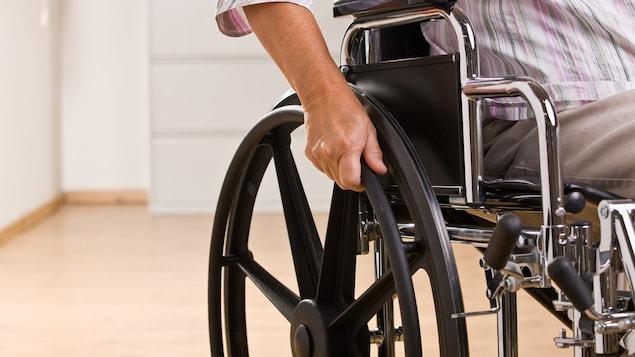 Une homme dans un fauteuil roulant.