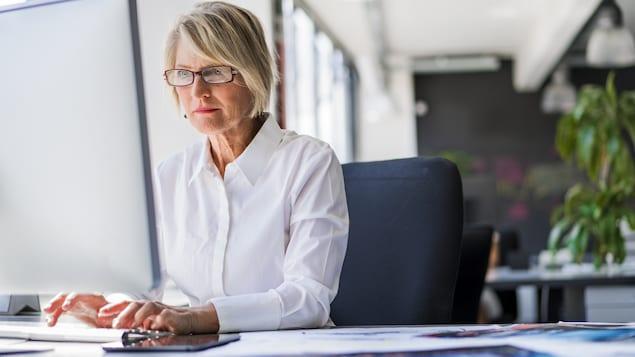 Une femme travaille à l'ordinateur.