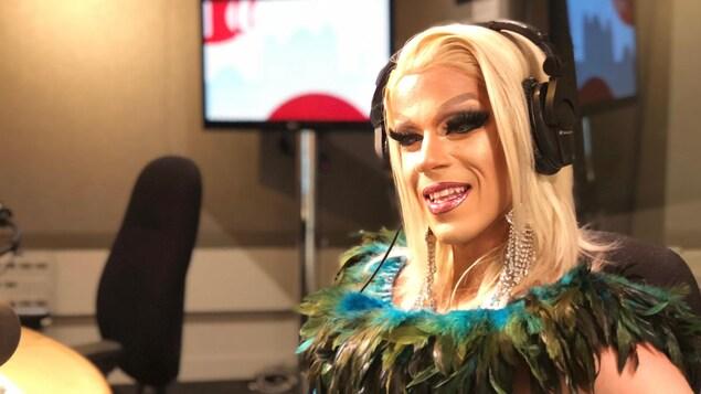 La drag queen francophone de Toronto, Jezebel Bardot.