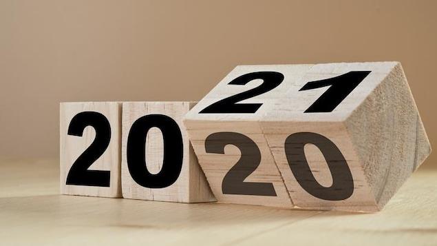 Cubes en bois qui passent de 2020 à 2021.