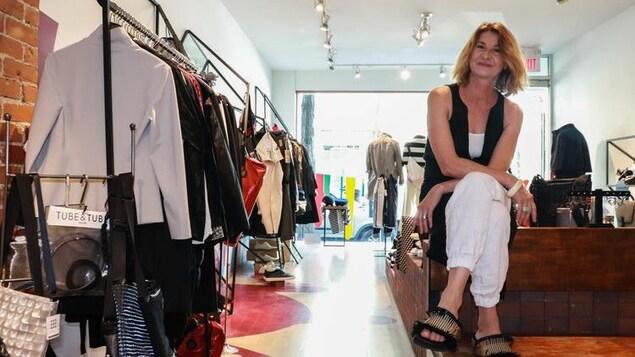 Annie Mesenge pose dans sa boutique de vêtements Annie Aime.