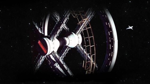 Une station spatiale et un petit vaisseau.