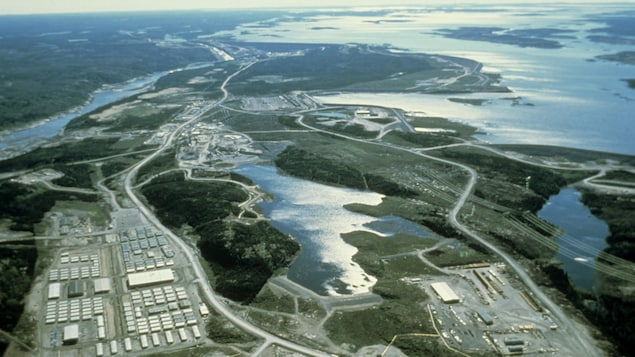 Vue aérienne d'un camp des travailleurs à la baie James.