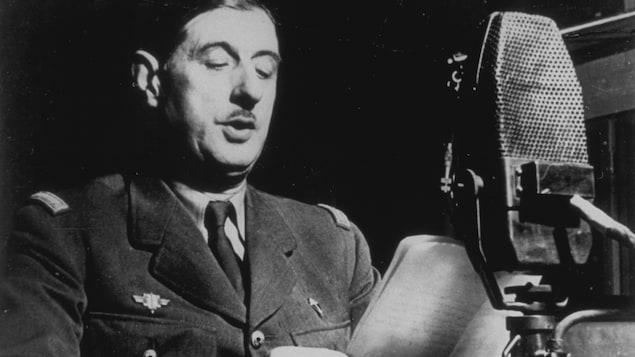Charles de Gaulle prononce un discours à l'antenne de la BBC.