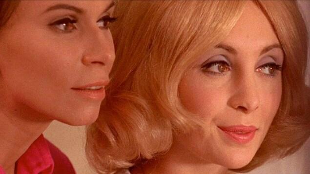 Les deux femmes regardent dans la même direction.