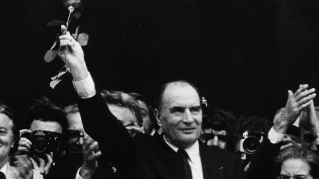 François Mitterrand lève une rose en signe de victoire au Panthéon, à Paris, en mai 1981.