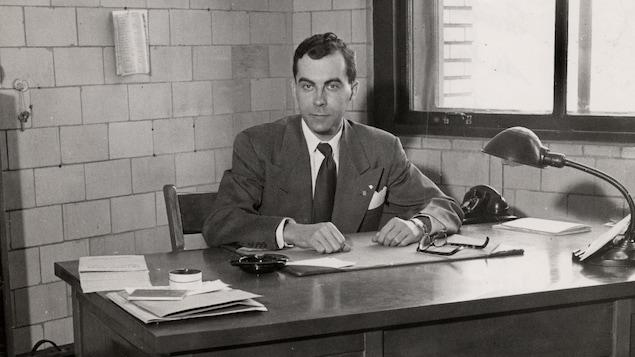 Guy Frégault à son bureau au Département d'histoire de l'Université de Montréal. vers 1945.