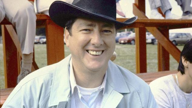 Robert Gravel vêtu d'un chapeau de cowboy sur le plateau de L'héritage, en 1988.