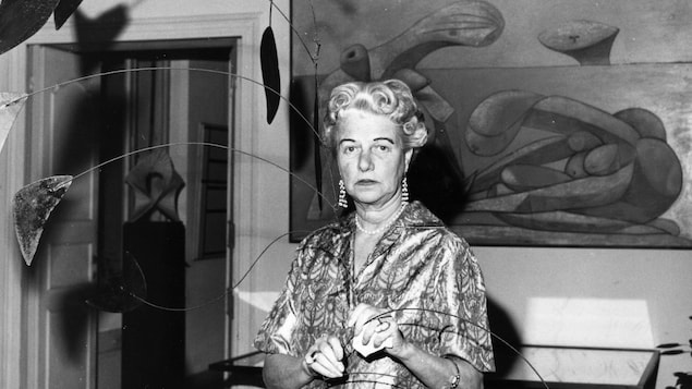 Peggy Guggenheim dans sa demeure vénitienne, devant un tableau de Picasso et une sculpture d'Alexander Calder.