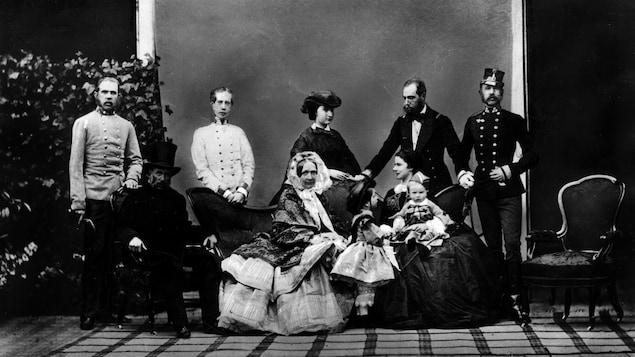 La famille de François-Charles de Habsbourg-Lorraine et de sa femme, Sophie de Wittelsbach. L'archiduc et son épouse sont assis à gauche d'Élisabeth de Wittelsbach (dite Sissi) tenant ses enfants Rodolphe et Gisèle. Sur la première rangée, de gauche à droite : François-Joseph, Louis-Victor, Ferdinand-Maximilien, et Charles-Louis.