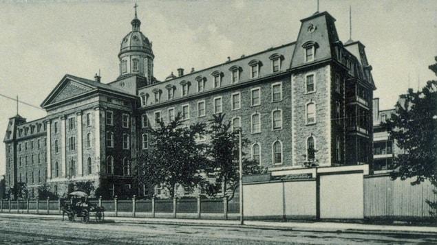 L'Institut des sourdes-muettes de Montréal, entre 1870 et 1920.