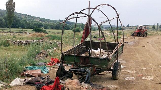 Bord d'une route de campagne du Kosovo au lendemain du cessez-le-feu qui mettait fin à deux ans de guerre ouvertge, en juin 1999.