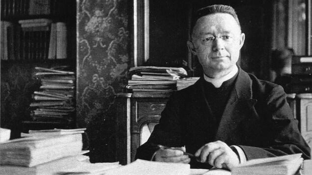 Le chanoine Lionel Groulx à son bureau à l'hôtel Jean Bart, à Paris, le 1er mars 1922.